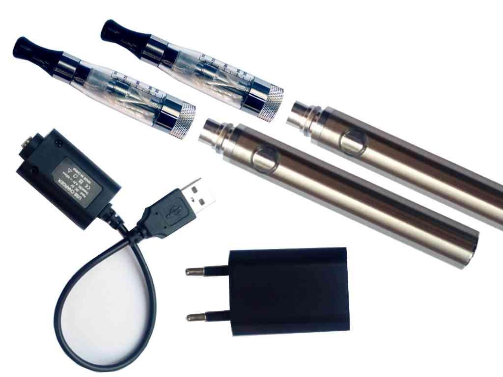 960 - Σετ με 2 ηλεκτρονικά τσιγάρα με EGO C4 clear ατμοποιητή, μπαταρία EOS EO-ONE 900mA ασημί και φορτιστές